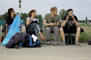 (v.l.n.r.) Suleika & Ariane vom Kostüm, Stefan unser Setfotograf, Marc der Produktionsfahrer 'Kameradschaft Eins-Acht'