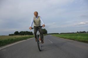 Rainer Strecker nutzt seine Drehpause 'Kameradschaft Eins-Acht'