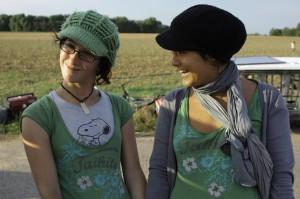 Rebecca, unsere Setrunnerin, Tanja unsere Caterin - mit Hütchen bei 35° im Schatten  'Kameradschaft Eins-Acht'
